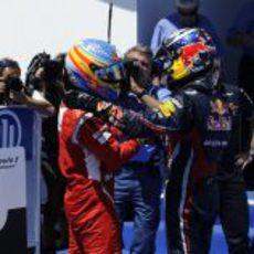 Alonso y Vettel se saludan tras la carrera de Valencia