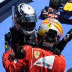 Vettel y Alonso se saludan tras el GP de Europa 2011