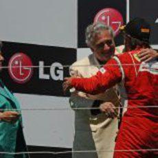 Fernando Alonso y Plácido Domingo se abrazan en el podio de Valencia