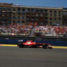 Fernando Alonso pasa ante la afición española en el GP de Europa 2011