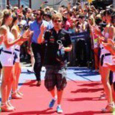 Las 'pitbabes' hacen el pasillo a Vettel en el GP de Europa 2011