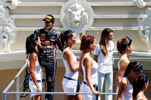 Las 'pitbabes' reciben a Webber en el podio del GP de Europa 2011