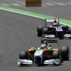 Paul di Resta se defiende de Barrichello en Valencia