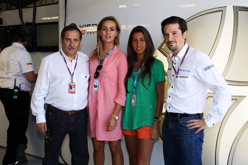 Carmen Jordà junto a una amiga y los Carabante en Valencia