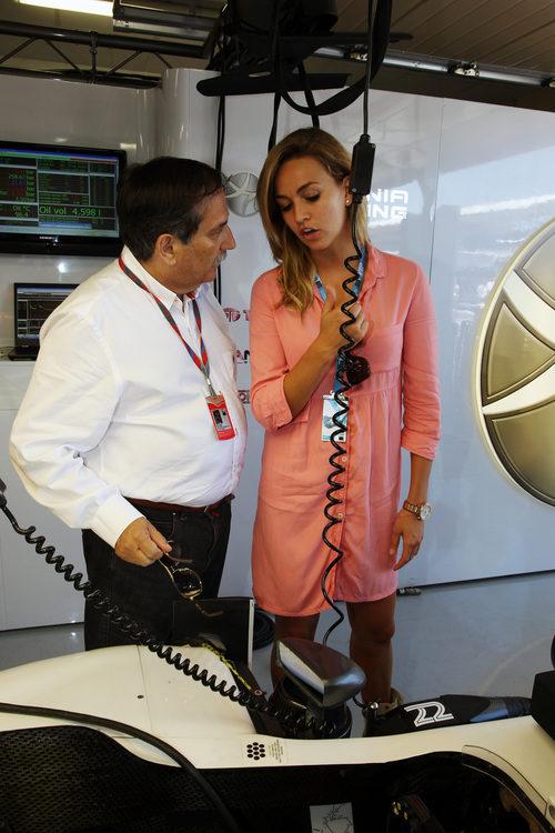 Carmen Jordà y José Ramón Carabante en el box de Hispania Racing