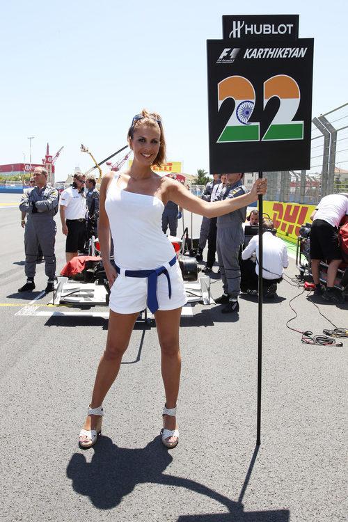 La 'pitbabe' de Narain Karthikeyan en el GP de Europa 2011
