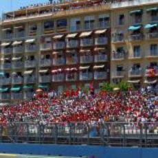 Gradas y balcones llenos al paso de Jenson Button por la pista de Valencia
