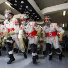 Los mecánicos de McLaren salen corriendo para hacer un 'pit-stop' en el GP de Europa 2011