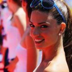Una de las guapas 'pitbabes' del GP de Europa 2011