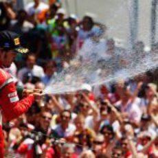 Fernando Alonso riega con champán a sus mecánicos en el GP de Europa 2011