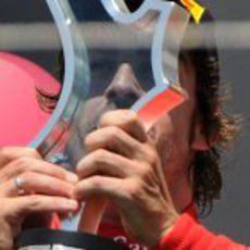 Alonso mira a través de su trofeo en el GP de Europa 2011