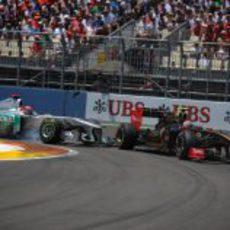 Schumacher rompe su alerón con la rueda trasera de Petrov en Valencia