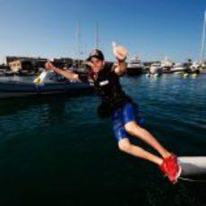 Jaime Alguersuari se tira al agua en el puerto de Valencia