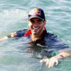 Alguersuari se baña en el mar Mediterráneo en Valencia