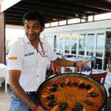 Karthikeyan posa con el plato típico del GP de Europa 2011