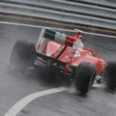 Alonso sobre el agua de Silverstone