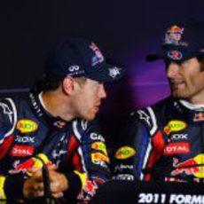 Vettel habla con Webber en la rueda de prensa de la FIA tras la clasificación