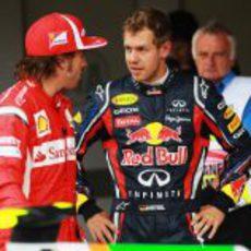 Alonso y Vettel hablan tras bajarse de sus coches en el GP de Gran Bretaña 2011