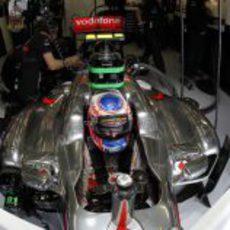 Button en su box, listo para los libres 3 del GP de Gran Bretaña 2011