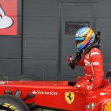 Fernando Alonso se baja de su monoplaza en Silverstone