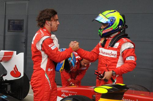 Alonso y Massa se felicitan por su clasificación del GP de Gran Bretaña 2011