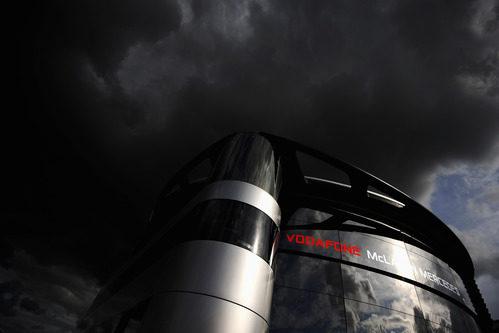Nubes negras sobre el 'motorhome' de McLaren en Silverstone