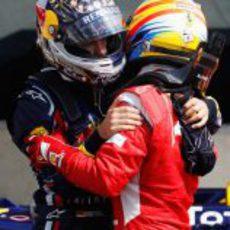 Vettel y Alonso se abrazan tras la carrera de Silverstone 2011
