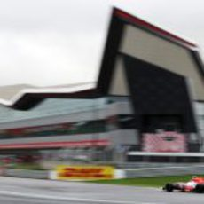 Liuzzi pasa por delante de los nuevos edificioes de boxes de Silverstone
