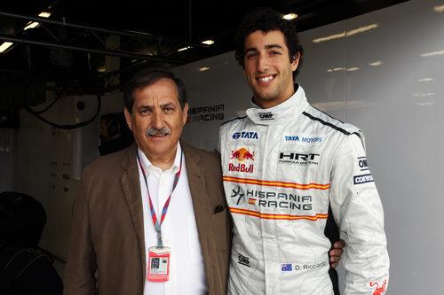 Carabante posa con su nuevo piloto en Gran Bretaña 2011