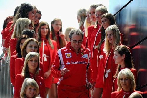 Stefano Domenicali rodeado de 'pitbabes' en el GP de Gran Bretaña 2011