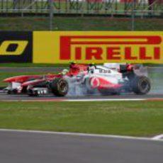 Massa y Button luchan sobre la pista de Silverstone 2011
