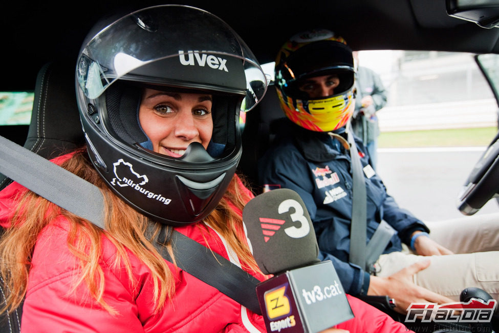 Laia Ferrer se sube en el coche con Jaime Alguersuari