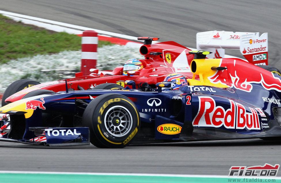 Fernando Alonso y Mark Webber luchan en la pista