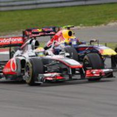 Lewis Hamilton y Mark Webber también se vieron las caras en el asfalto de Nürburgring