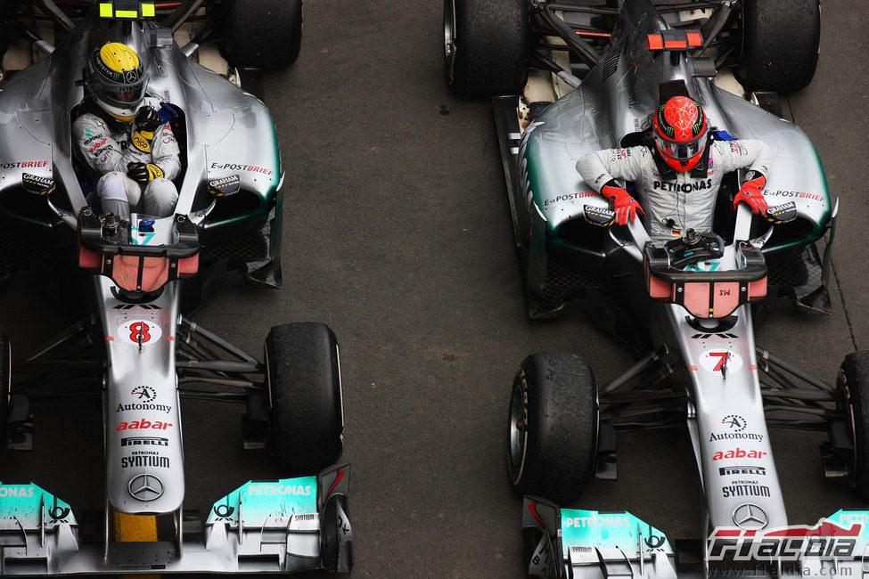Nico Rosberg y Michael Schumacher se bajan de sus Mercedes GP en Alemania