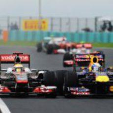 Lewis Hamilton y Sebastian Vettel luchan en la pista de Hungaroring