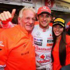 Jenson Button celebra su victoria en Hungría junto a su padre y su novia