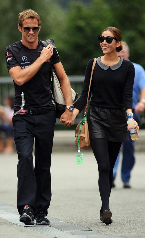 Jenson Button se pasea con Jessica Michibata por el 'paddock' de Spa