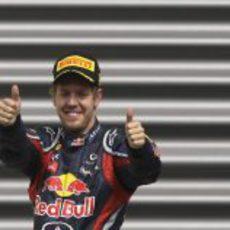 Pulgares arriba de Sebastian Vettel en el GP de Bélgica 2011