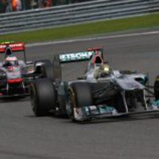 Jenson Button persigue a Michael Schumacher en el GP de Bélgica 2011