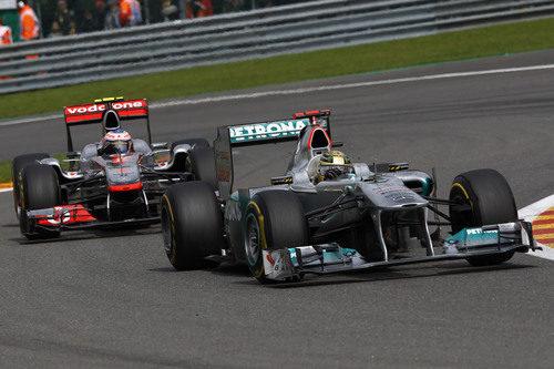 Jenson Button persigue a Michael Schumacher en el GP de Bélgica 2011