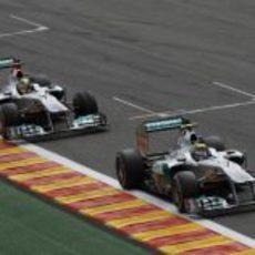 Los dos Mercedes luchan en la pista de Spa