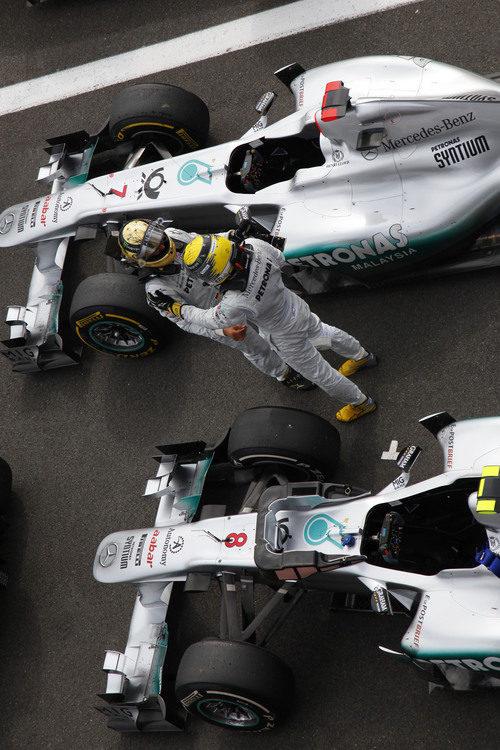 Schumacher y Rosberg se saludan tras la carrera de Bélgica 2011