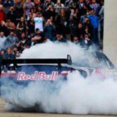 Daniel Ricciardo quema rueda con el coche de la NASCAR en la Speed Jam