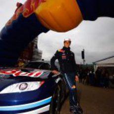 Ricciardo posa con el coche de la NASCAR en la Speed Jam 2011