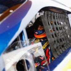 Daniel Ricciardo dentro del coche de la NASCAR