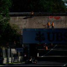 Karun Chandhok en los libres de Monza con el óvalo de fondo