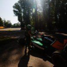 Kovalainen con problemas en su T128 en Monza