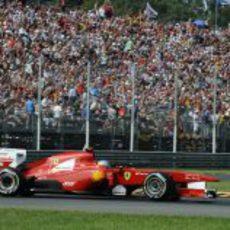 Fernando Alonso pasa ante la afición del GP de Italia 2011