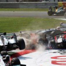Tremendo accidente en la primera curva del GP de Italia 2011